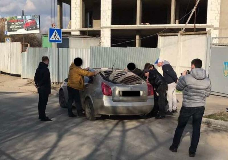 Під час вимагання грошей за невтручання в діяльність посадовця затримано громадських активістів