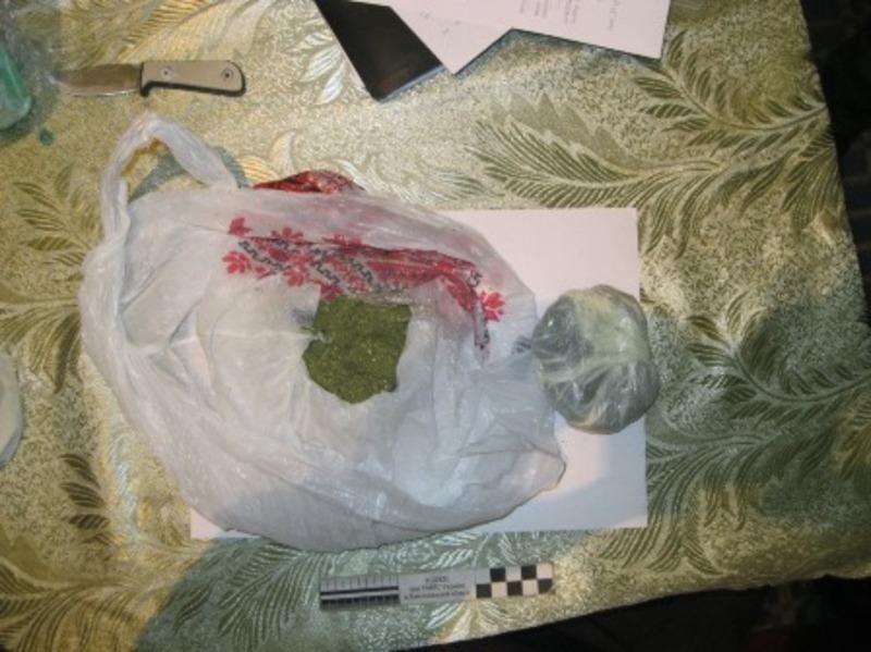 Охоронці закладу впіймали чоловіка, який перекидав до колонії наркотики