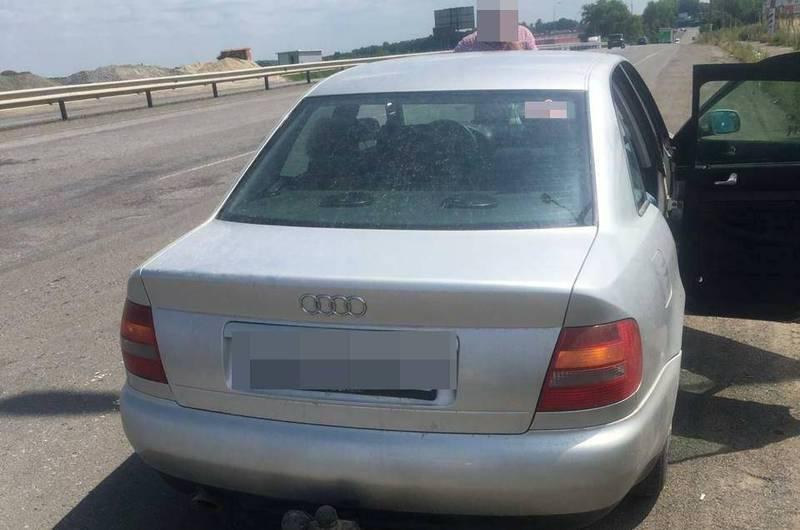 Під час перевірки документів на автомобіль, інспектори помітили, що свідоцтво про реєстрацію транспортного засобу містить ознаки підробки