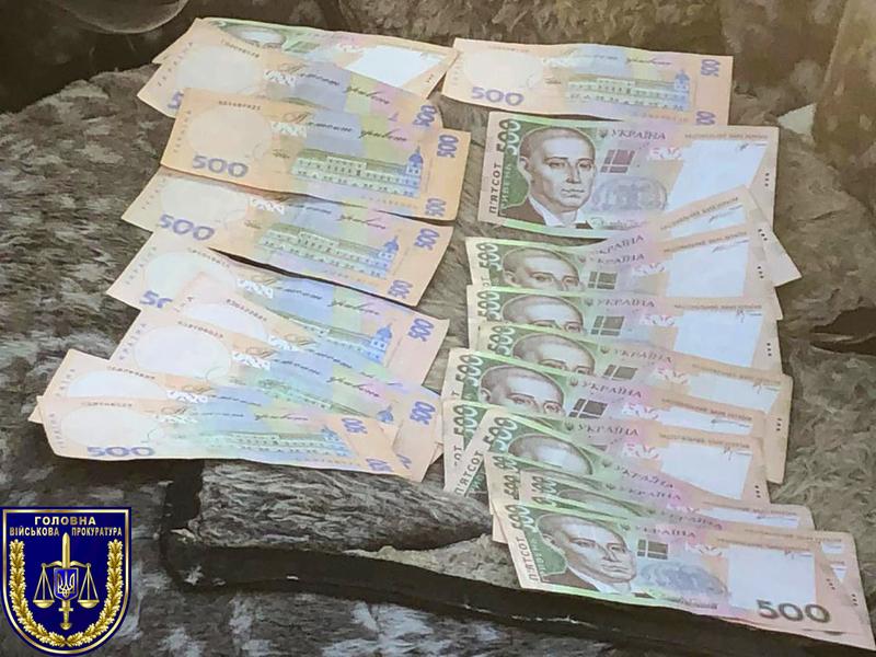 За попередньою інформацією, заступник Новоушицького районного військового комісара отримав 15 000 гривень від особи за надання їй відстрочки та не призову на строкову військову службу