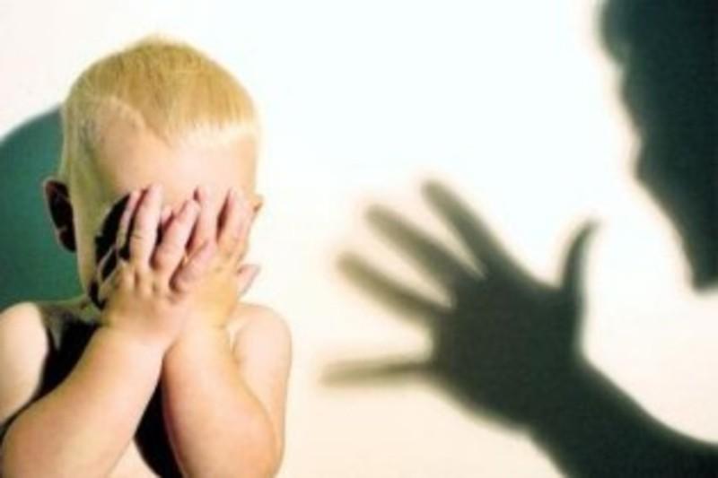 22-річна матір сильно побила малолітнього сина