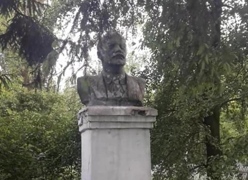 Пам'ятник встановлений в селі Пишки на Старосинявщині