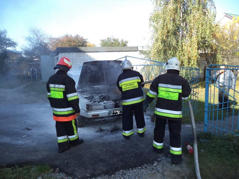 Щоб загасити вогонь, рятувлаьникам знадобилася декілька хвилин
