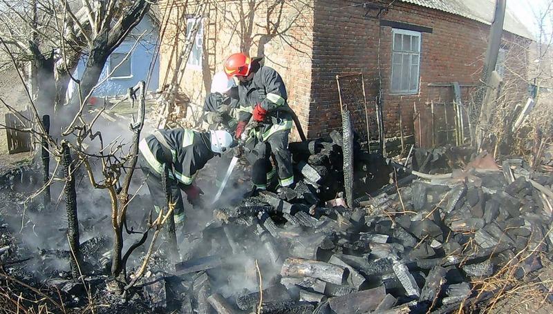 Через спалювання сміття вогонь вийшов з під контролю та перекинувся на поруч розташовану дровітню