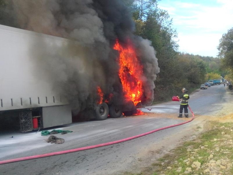 Вогнеобрцям вдалося своєчасно приборкати вогонь, щоб не постраждала уся вантажівка