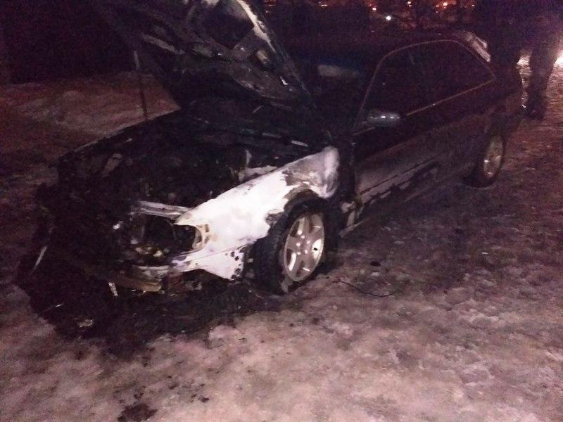 Власник автомобіл самотужки загасити пожежу не зміг