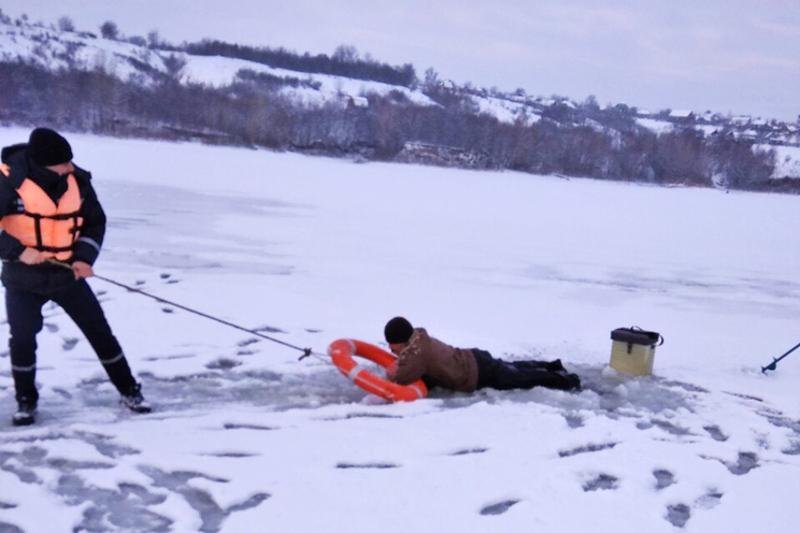За допомогою мотузки та рятувального кола бійці ДСНС витягли потерпілого та допомогли дістатись берега
