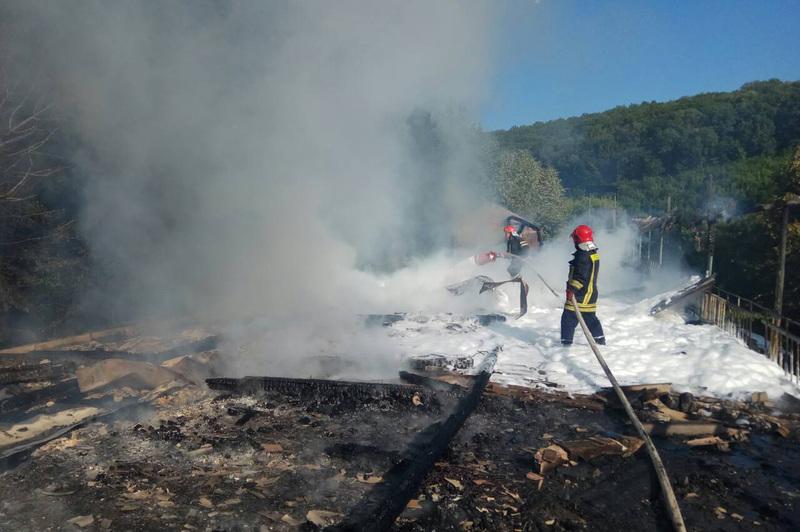 Вогнеборці ліквідували пожежу недіючої будівлі та не допустили поширення вогню на ліс