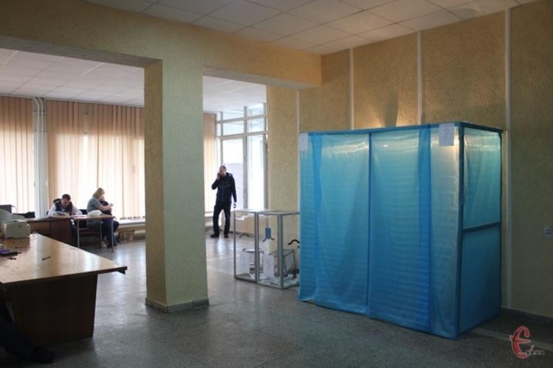 Підприємець мав облаштувати понад три сотні кабінок для таємного голосування