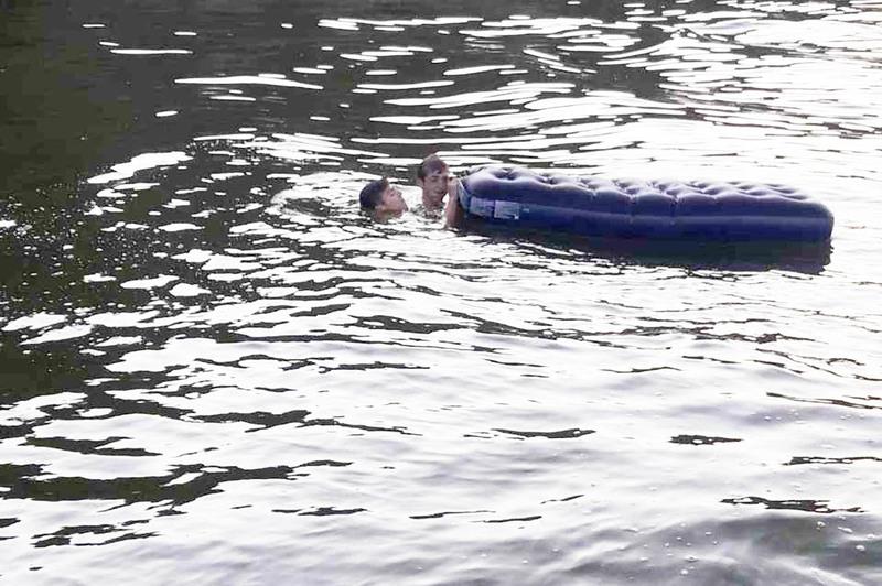 Відпочивальників човном доправили на берег