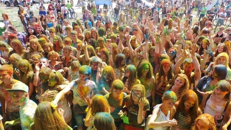 На молодіжному фестивалі вже традиційно обсипатимуться фарбами холі