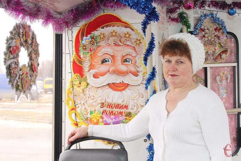 У салоні тролейбуса Ніна Михайлівна створила справжню новорічну казку.