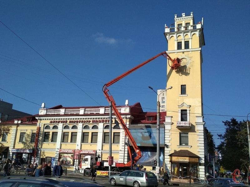 Місце де був годинник, зафарбували під колір фасаду