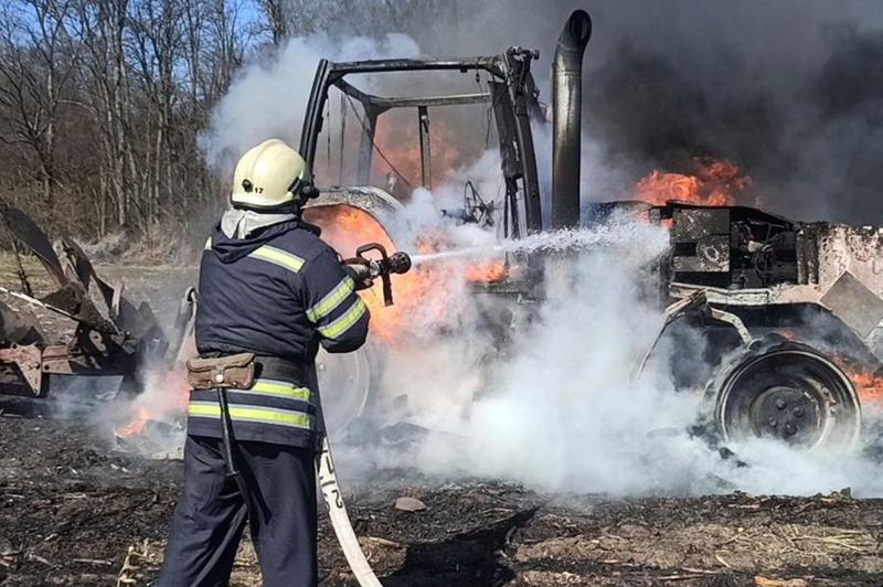 Полонські рятувальники ліквідували пожежу трактора