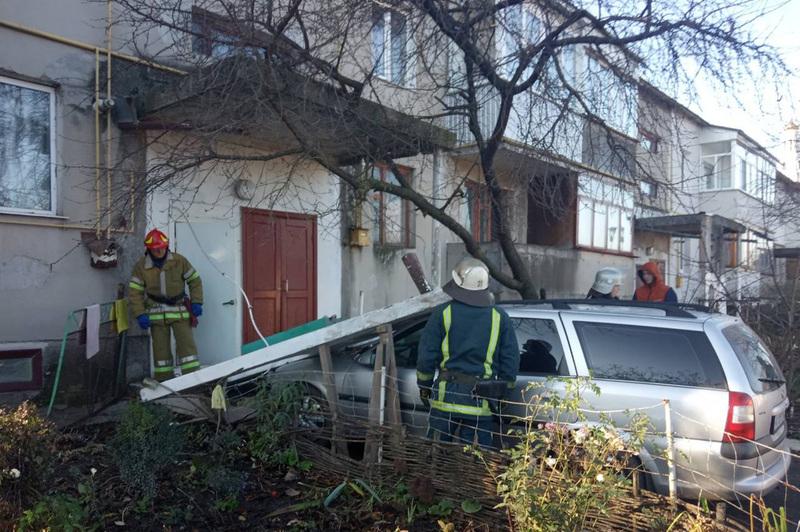Як виявилось, падіння бетонної опори спричинив автомобіль