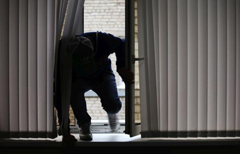 Під час грабежу з роботи повернулася потерпіла і намагалася повернути викрадене