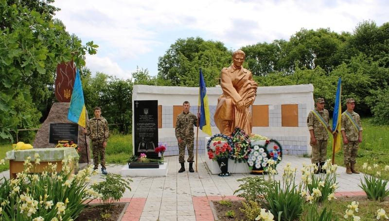 Пам'ятник українському Герою Володимиру Ознамцю встановили в його рідному селі Ногачівка Славутського районі