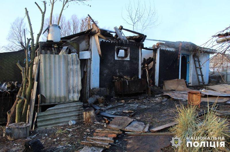 У поліції кажуть, що чоловік з неприязних мотивів за допомогою легкозаймистої речовини підпалив веранду будинку