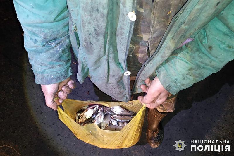 На Старокостянтинівщині працівники поліції виявили одразу трьох рибалок, які в період нересту ловили рибу за допомогою «фаток»