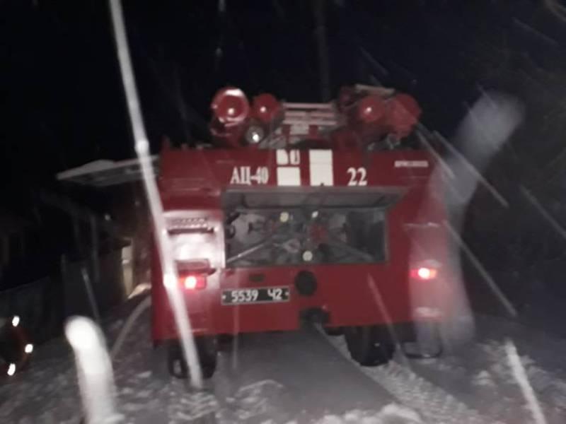 Рятувальники допомогли водієві ваговоза подолати засніжену дорогу