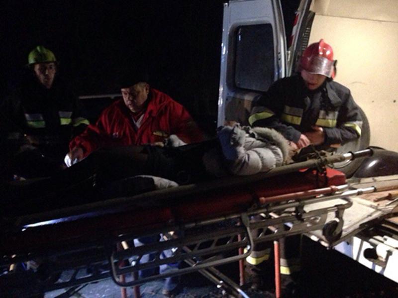 Рятувальники за допомогою гідравлічного розтискача-різака діставали з автомобіля постраждалих внаслідок ДТП