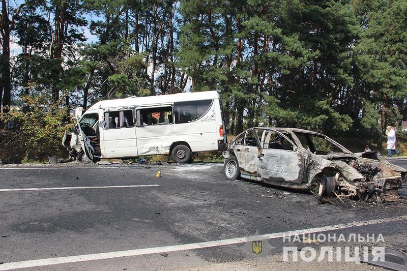 Автомобіль «BMW» зіткнувся з мікроавтобусом «Volkswagen LT35D» сполученням «Житомир-Хмельницький»