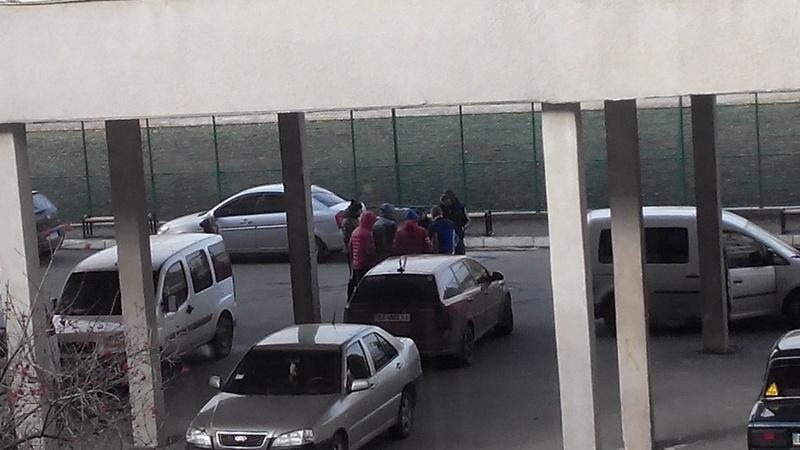 Чоловіки покинули приміщення, коли до них підійшли працівники поліції