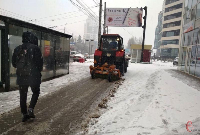 Тротуари міста розчищають спецавтомобілі