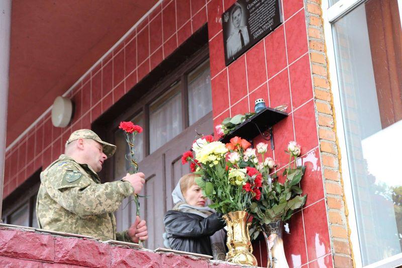 На фасаді хмельницької школи тепер меморіальна дошка воїну Максиму Яровцю