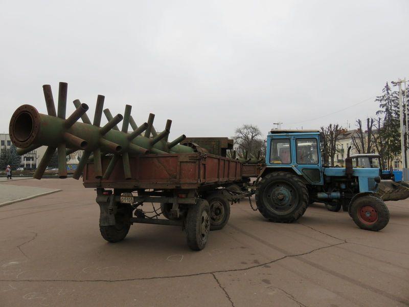 Ялинку на майдані встановлюють, однак святкові заходи перенесли на вулицю Проскурівську