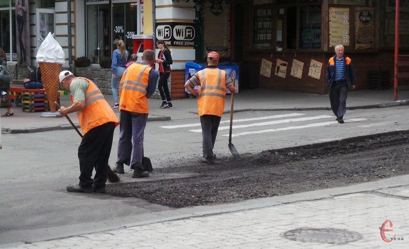 На багатьох вулицях міста уже попрацювали комунальники
