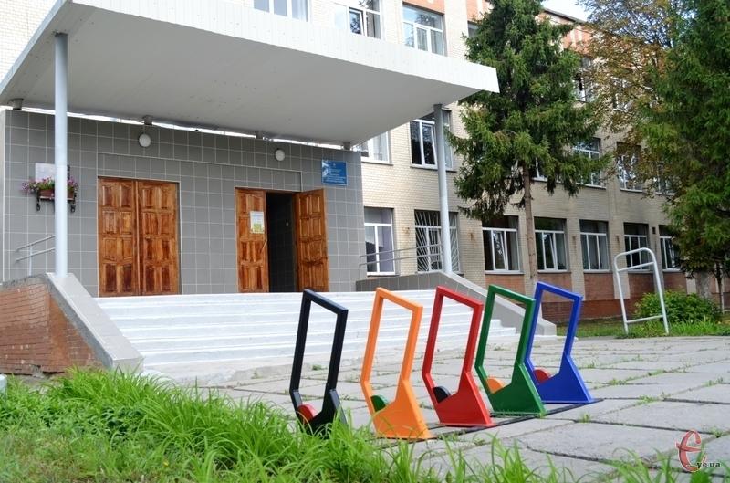 Велосипедні парковки єдиного дизайну встановлять біля 30 шкіл шкіл міста