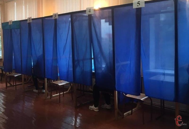 На одній з дільниць виборці заповнювали бюлетені, сидячи на лавочці в приміщенні самої дільниці, а не в кабінках для голосування