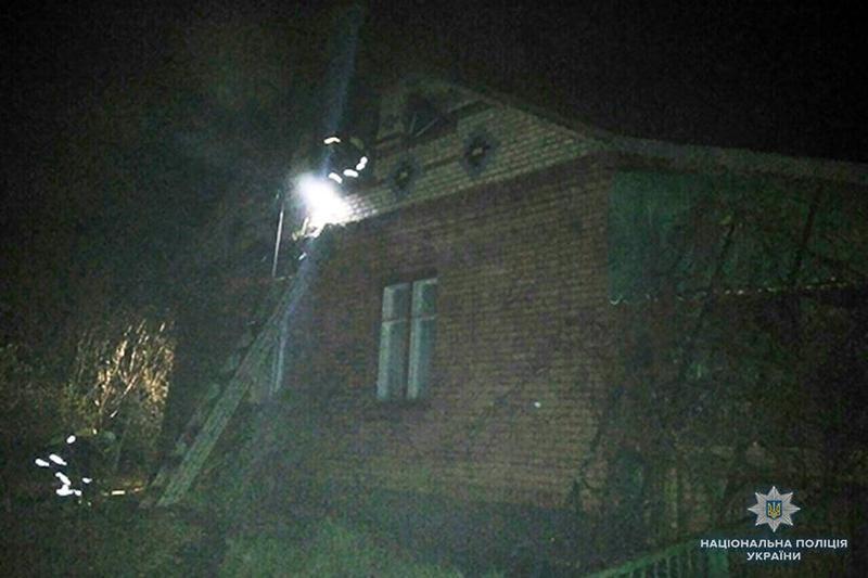 Займання вчасно загасили, тож ніхто не постраждав. Вогонь пошкодив тільки дах будинку