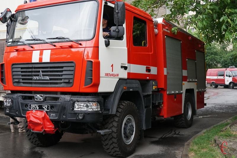 У Хмельницькому вогнеборцям під час гасіння пожежі вдалося врятувати чоловіка