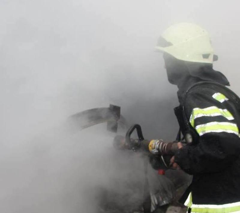 Під час ліквідації пожежі в недіючій будівлі вогнеборці врятували безхатченка