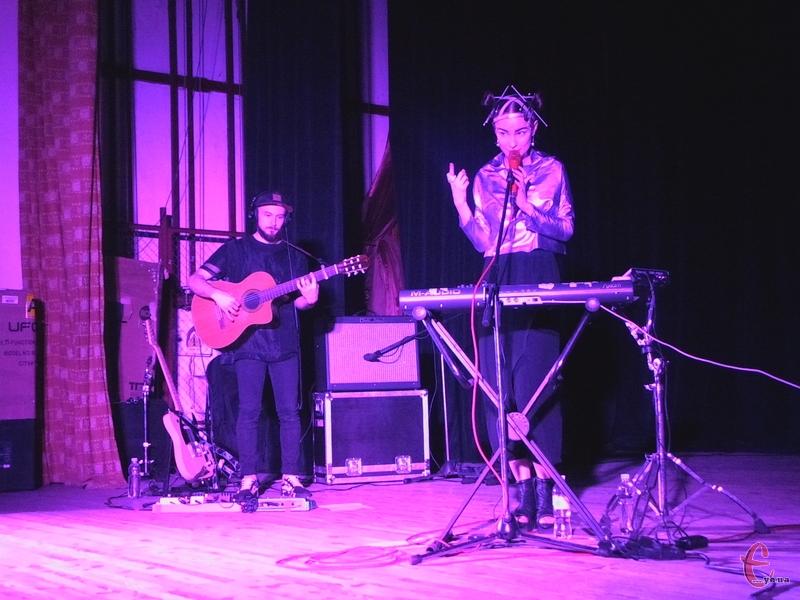 Гурт виступив у пурпуровому світлі