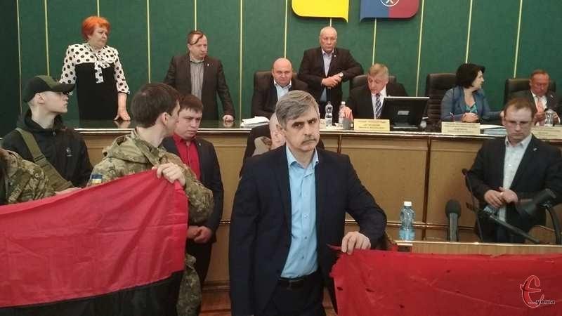 На сесію облради принесли прапор, який висів на метеорологічній станції Донецького аеропорту