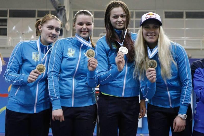 Аліна Комащук (друга ліворуч) разом із партнерами по збірній України, у фіналі здолала росіянок