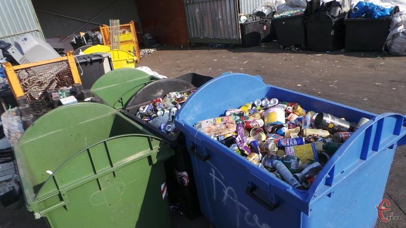 Такі сміттєві баки стоять на сміттєспалювальному заводі у Празі.