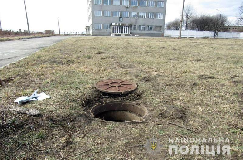 Патрульні на місці злочину затримали трьох чоловіків, які викрали кабель зв'язку з території Хмельницького аеропорту