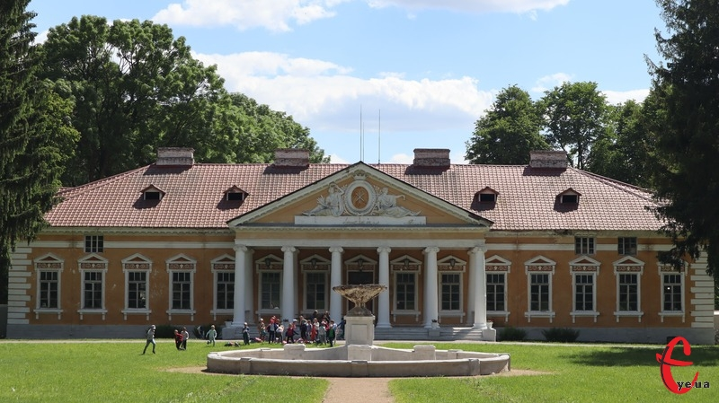 Парк, що зберігся на території історико-культурного заповідника «Самчики», закладено у двох стилях – французькому регулярному та англійському пейзажному