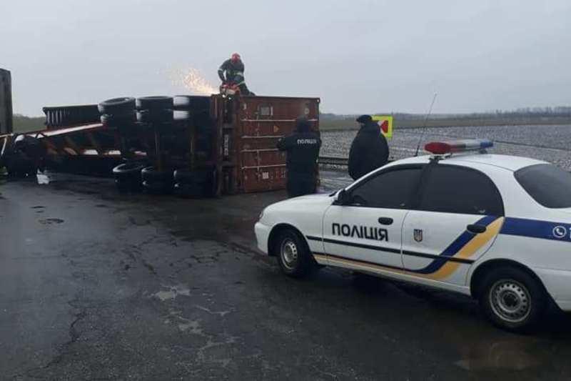 Дунаєвецькі патрульні спільно з рятувальниками допомогли водієві вантажівки