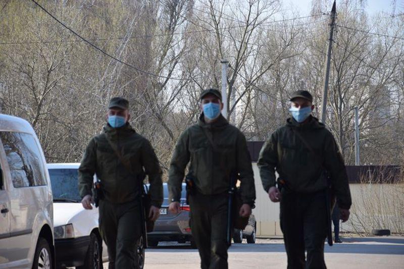 Нацгварідйці, патрулюючи вулиці Хмельницького, у двох чоловіків виявили наркотики