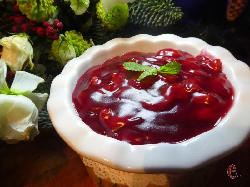 Такою вишневою начинкою дуже зручно прошаровувати коржі на торт перед нанесенням крему.