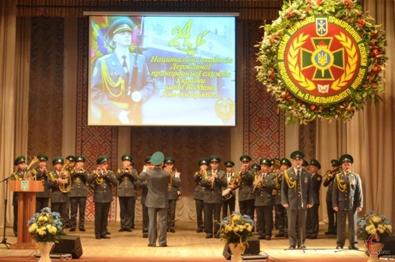 Окрім привітань, керівництво та персонал Національної академії нагородили почесними грамотами і цінними подарунками