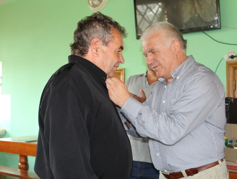 Пакулько Віктор вручив Мартину Козаку нагороду.