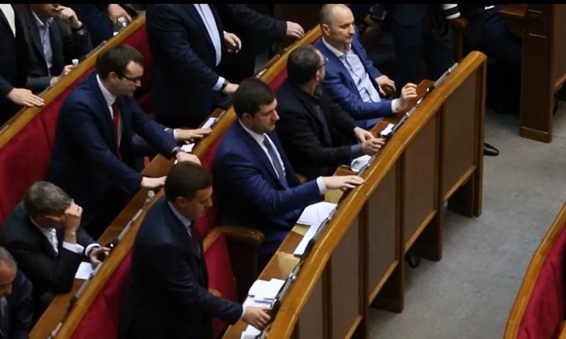 Судячи з відео, Віктор Бондар міг проголосувати як за себе, так і за іншого депутата