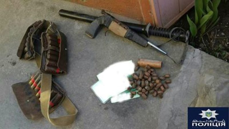 Поліцейські вилучили бойову гранату, набої, дві одиниці зброї схожі на пістолети, пристрій для відстрілу патронів та поліетиленовий пакет із речовиною в подрібненому стані схожою на наркотичну речовину-канабісу