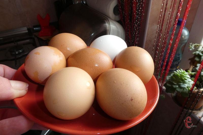 Не бажано варити яйця занадто довго, оскільки на жовтку може утворитися наліт некрасивого зеленуватого кольору, а білок буде «гумовим».